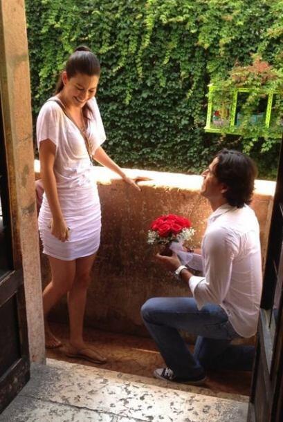 Con una ramo de rosas, un anillo y arrodillado, Luis Carlos le pidió que...