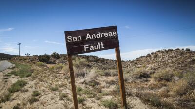 La falla de San Andrés se extiende a largo de aproximadamente 800 millas...