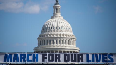 Un cartel anuncia la gran protesta March for Our Lives delante del Capit...