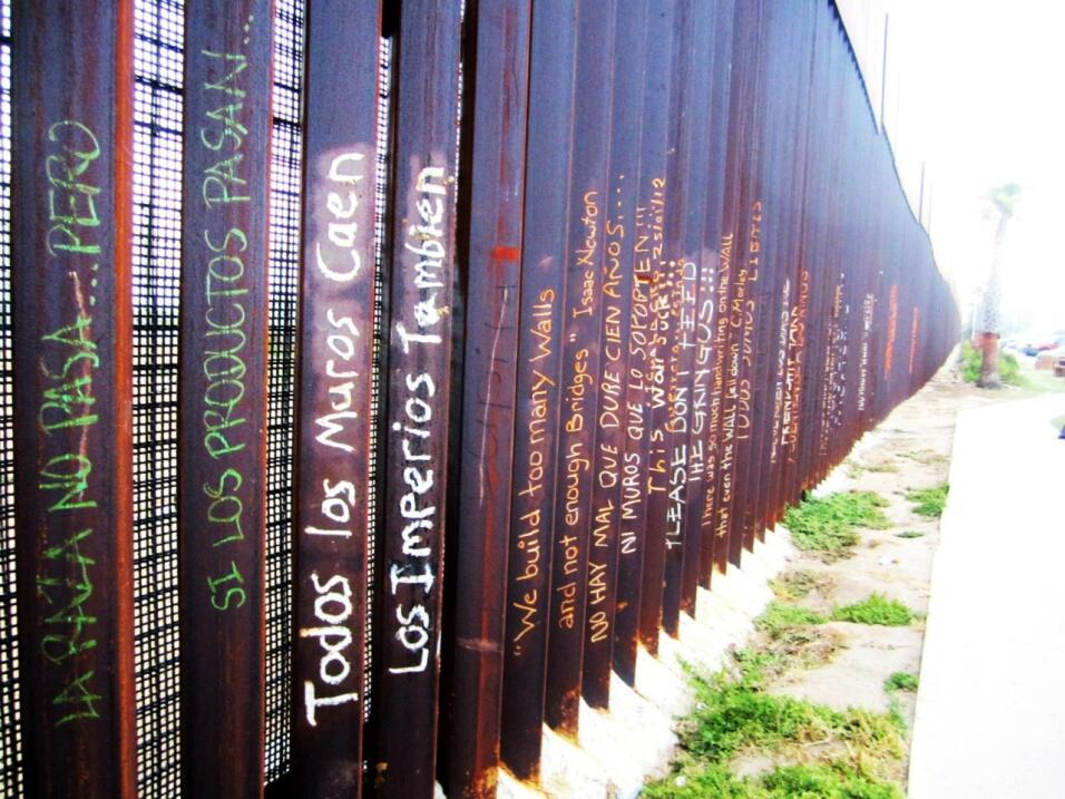 Frases en la valla fronteriza.