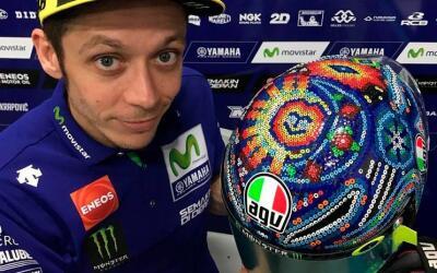 Valentino Rossi lució casco con arte huichol en Sepang