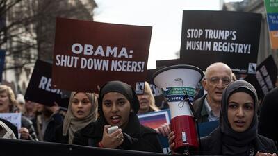 Manifestantes protestan en contra de los potenciales planes del presiden...