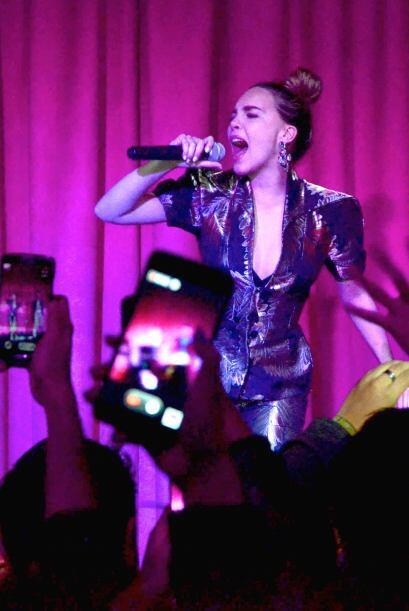 La cantante se presentó en la reinauguración de su cantabar, La Chismosa.