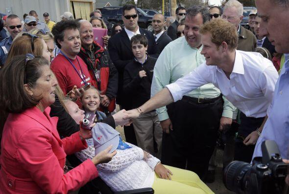 Durante el recorrido, Enrique saludó a un grupo de estudiantes y a obrer...