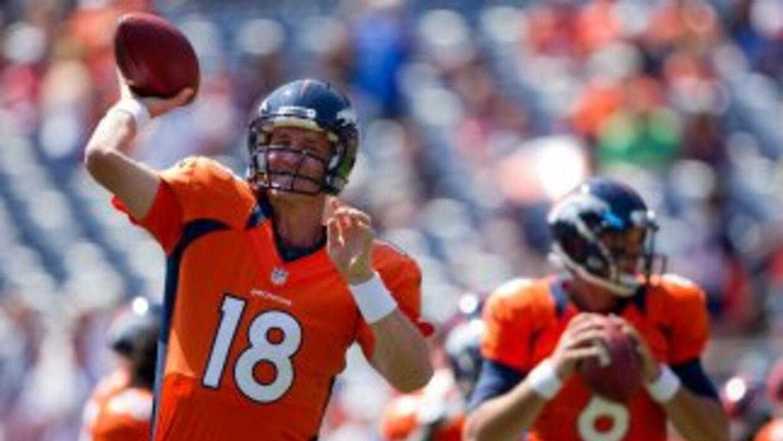 Peyton Manning lanzó sus primeros dos pases de touchdown como Bronco con...