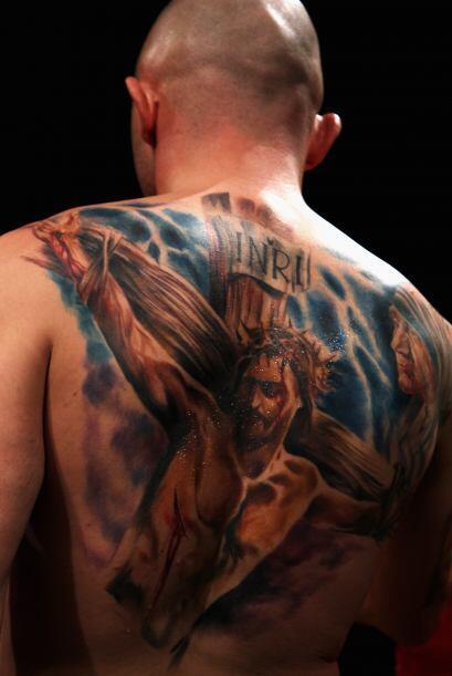Michael Banbula de Inglaterra muestra su tatuaje de Jesús y la Madre Ter...