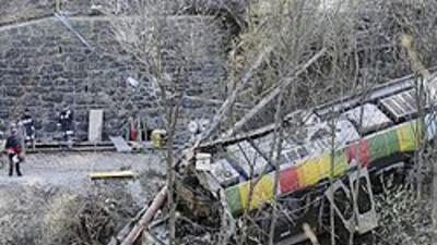 Una decena de muertos tras descarrilamiento de un tren en Italia d0ea160...