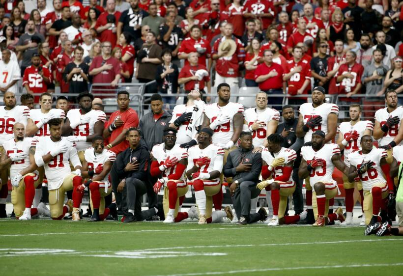 Los 49ers protestaron con rodlla al piso, como lo hiciera el año pasado...