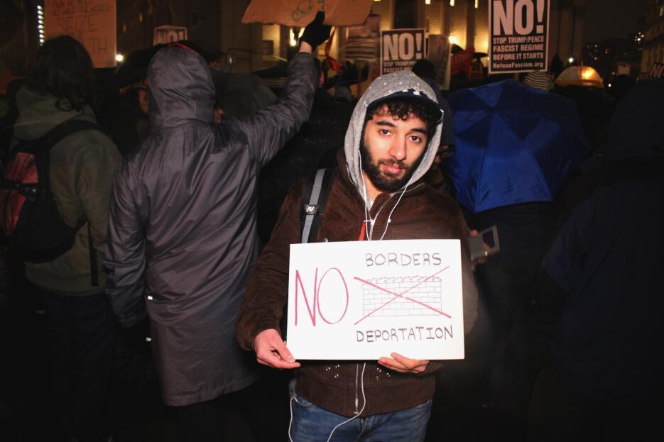 Habid Pogosyan llegó a la manifestación con un letrero contra los muros...