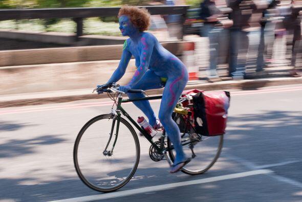 Cientos de ciclistas, muchos desnudos, salieron el fin de semana a manif...