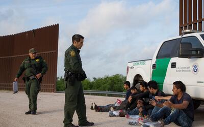 Agentes de la Patrulla Fronteriza detienen a un grupo de inmigrantes ind...