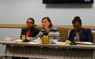 La vicecanciller Elizabeth Rose (centro) responde las preguntas de los l...