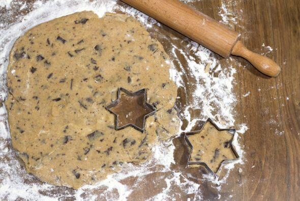 Utilice cortadores de galletas con formas divertidas o de personajes par...