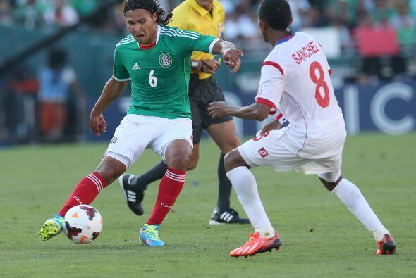 Carlos Peña ingresó con la consigna de hacer un medio campo más sólido p...