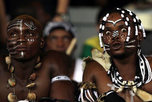 Los simpáticos hinchas africanos como siempre mostraron sus vestimentas...
