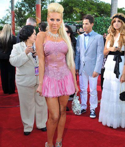 Lorena HerreraElla dice: Lorena vistió un diseño del modisto mexicano Jo...