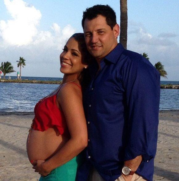 """""""En nuestra sesión de fotos de maternidad"""", compartió Stephanie Severino..."""