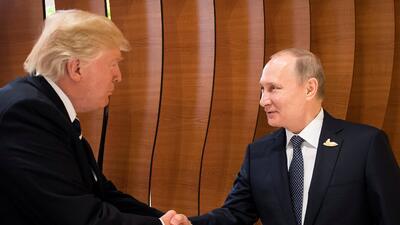 """""""Honrados"""" y """"encantados"""" el uno con el otro, Trump y Putin tienen su primera reunión oficial (FOTOS)"""