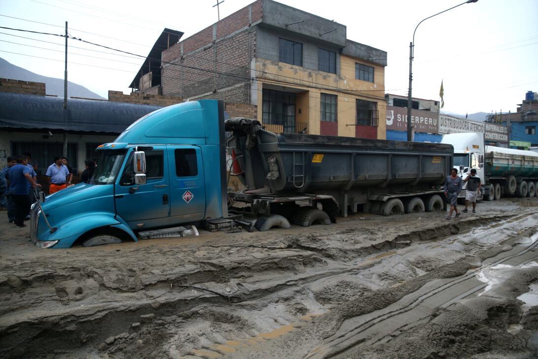 Un camión paralizado por barro endurecido el pasado d16 de marzo en Chos...