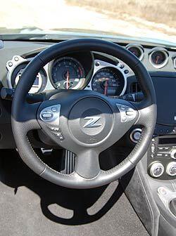 El volante permite operar todas las funciones del sistema de audio y con...