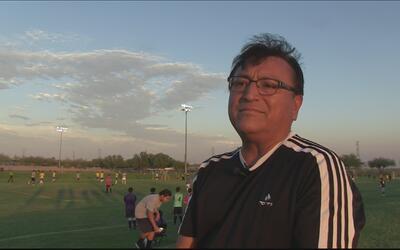 Este es Fredy Barcenas, el fundador de La Mesa Soccer League