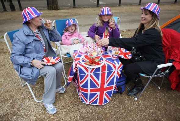 9,500 CALLES- Un gran 'picnic' para celebrar a Isabel II hizo que 9,500...