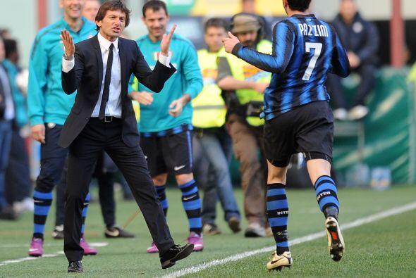 Y el refuerzo del Inter fue a celebrar su anotación con Leonardo, el téc...