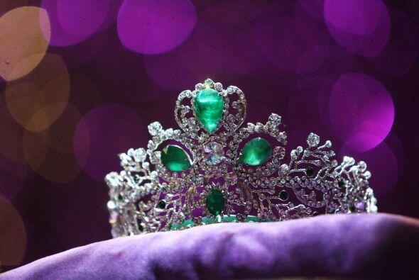 La corona de este año tiene esmeraldas.