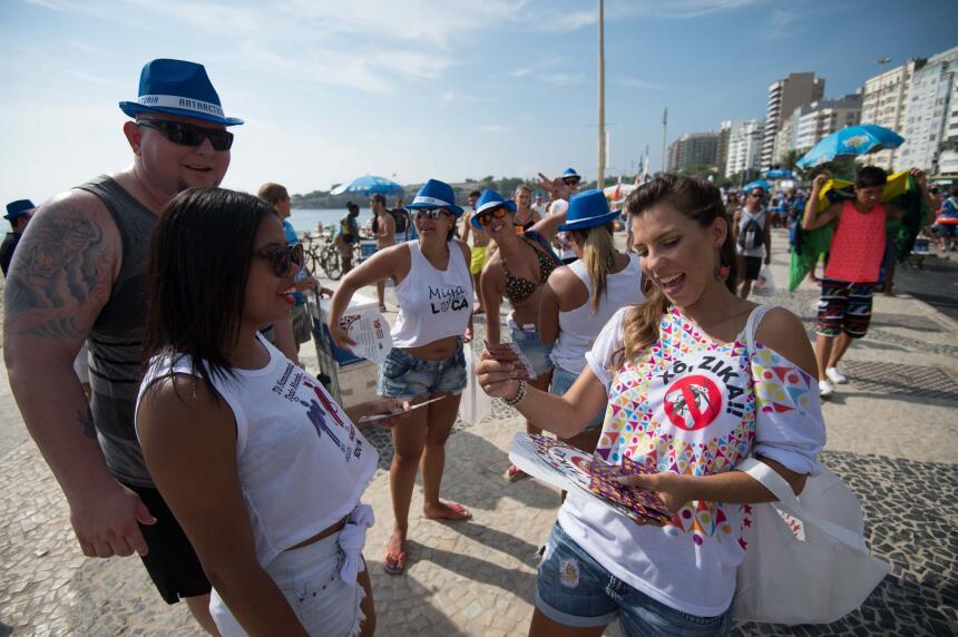 En las playas de Copacabana, en Río de Janeiro, también se entregó infor...