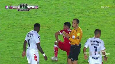 Tarjeta amarilla. El árbitro amonesta a Luis Caicedo de Veracruz