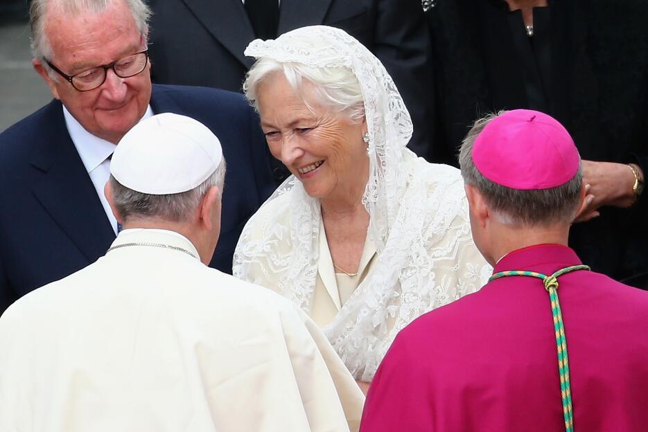 VATICAN CITY, VATICAN - APRIL 27:  Pope Francis greets King Albert II (L...