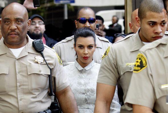 Para esta salida Kim se enfundó en una túnica plateada y recogió su cabe...