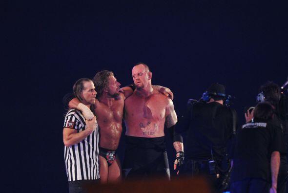Honor al vencido, Undertaker ayudó a Triple a salir erguido del ring. Ju...
