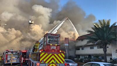 Edificio de apartamentos incendiado en Pico Rivera.