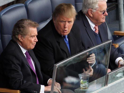 En uno de los lujosos palcos, el magnate Donald Trump estuvo acompañado...