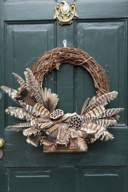 Con plumas. Si el objetivo es honrar las raíces indígenas, pueden elegir...