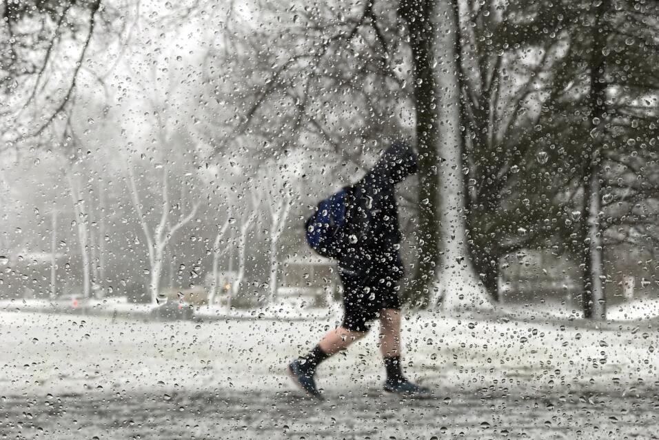 Un joven camina en Newtown, Pennsylvania, durante la tormenta, que dej&o...