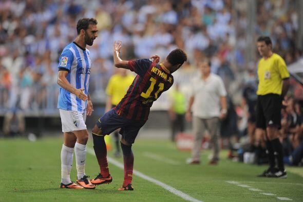 Neymar se vio envuelto en una jugada en la que aparentemente recibió un...