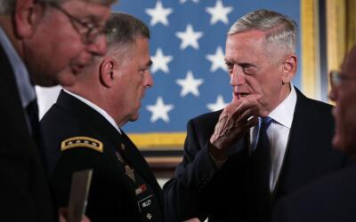 El jefe del Ejército, general Mark A. Milley. conversa con el sec...