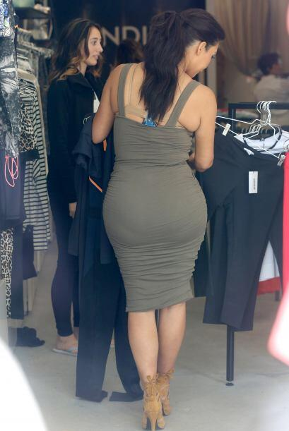 ¡Pobre Kim! También se le salieron los gorditos por su apretado vestuari...