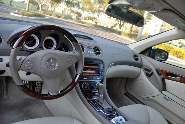 Por dentro el SL550 cumple con todos los lujos que uno se pueda imaginar...