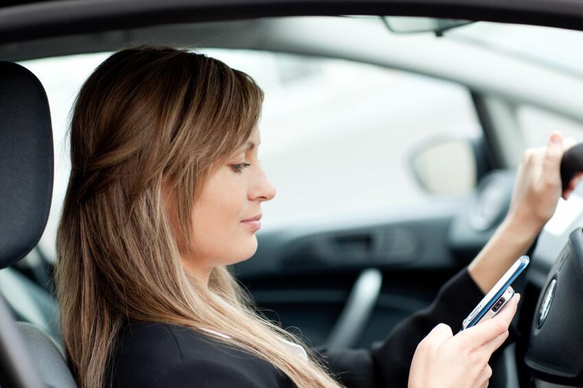 Más allá del texto: Distracciones detrás del volante