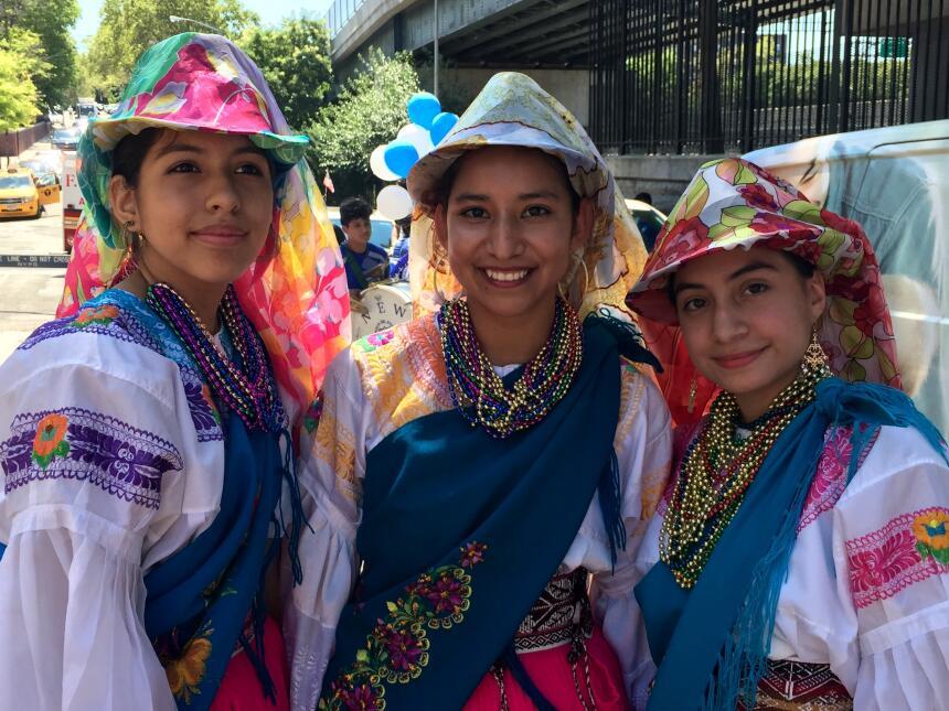 Las cholitas desfilaron con sus atuendos vibrantes