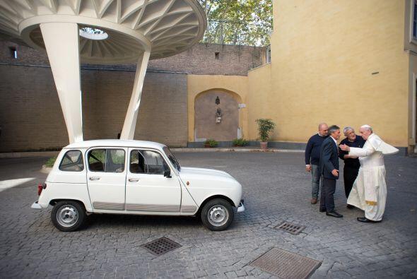 Se trata de un Renault 4L que le obsequió el religioso Renzo Zocca.