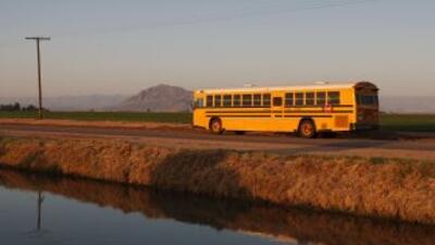 Antes de subir al bus, los alumnos de Lukeville, un pueblo en Arizona, d...