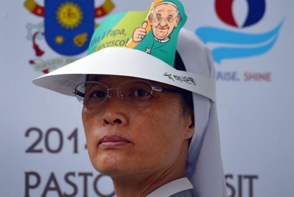 Los fervientes católicos lo esperaban con gorras y pañuelos con su rostr...
