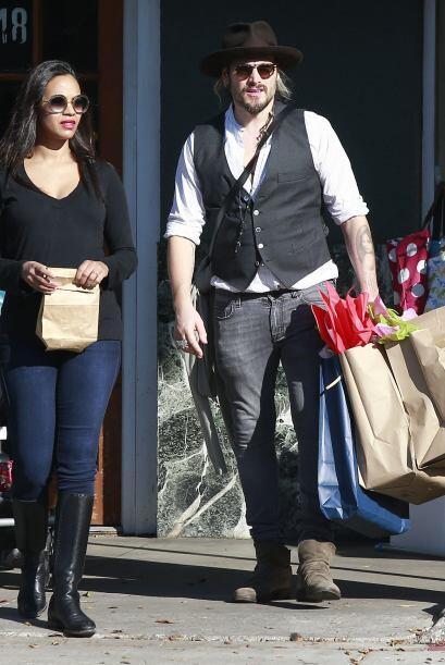 Como todo un caballero, Marco carga todas las compritas del día.