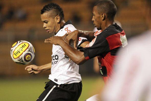 Dentinho del Corinthians en acción durante el partido contra Oeste jugad...