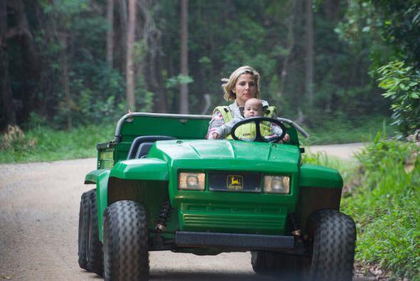 La actriz iba manejando un jeep, lo que desaprobamos de la acción...