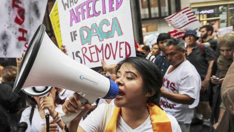 Jóvenes indocumentados (dreamers) durante una marcha para pedirle al gob...